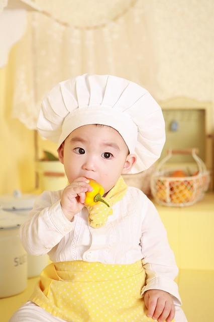 Bild Baby isst mit den Fingern