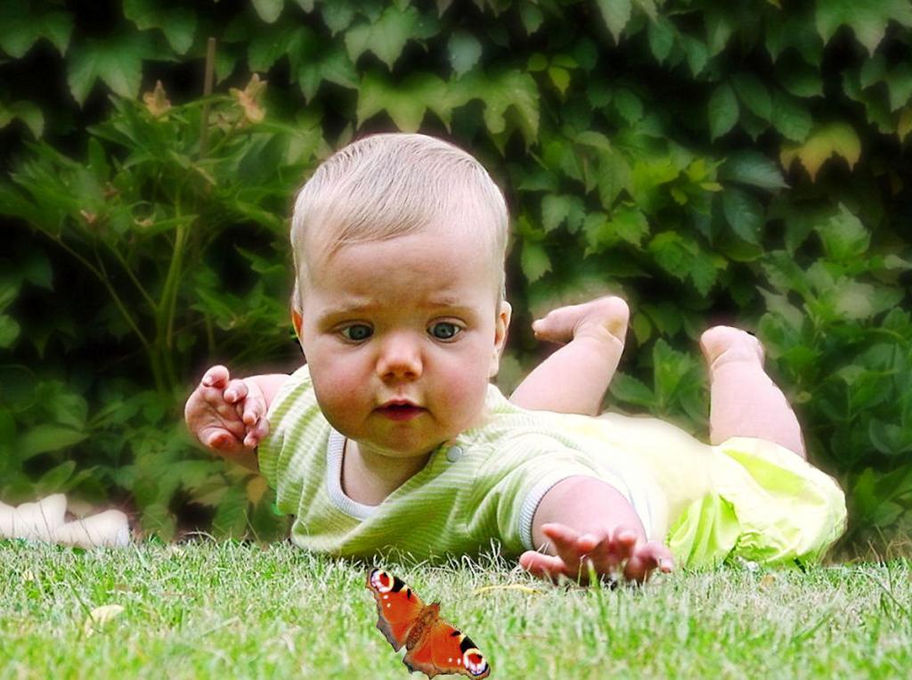 Baby die Welt entdecken lassen