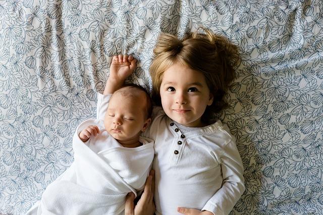 Geschwister und Baby