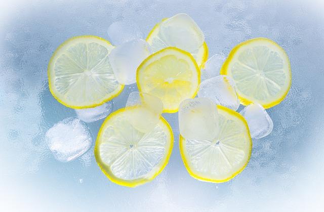 Wasser mit Eiswürfeln und Zitronen