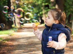Bild Kind macht Seifenblasen
